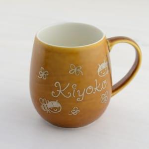 デザイナーが手書きで名入れする特別なマグカップ