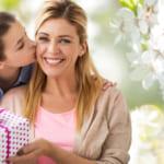 【50代女性へ贈る】喜ばれるプレゼントの選び方&人気アイテムはこれ!【予算&メッセージ例文も】