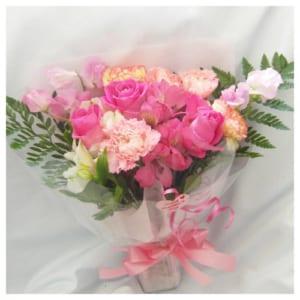 カーネーションとバラと季節の花の花束