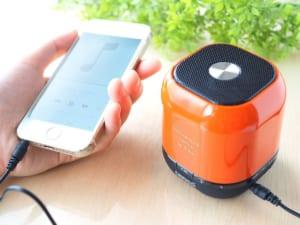 【名入れ】ポータブルスピーカー [オレンジ・ホワイト] ワイヤレス 手のひらサイズ by スマートギフト
