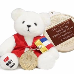 赤いちゃんちゃんこを着た還暦テディベアと金メダルセット(足裏刺繍付き) 還暦祝い