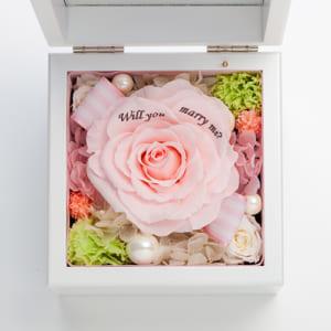 【プロポーズ】高級ホワイトオルゴールBOX お花イッパイ!プリザーブドフラワー≪ピーチ≫ by Patisserie+Flower