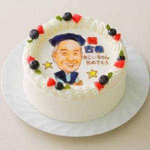 世界で私だけのオリジナルケーキ♪ 感動を呼ぶ似顔絵人物1体☆(5号 15cm) デコレーションケーキ。プロの絵師「似顔絵屋」が描いた原画がそのままフォトスタンド(L版)として付いてきます。誕生日・お祝いにどうぞ。 by デコレーションケーキ.COM