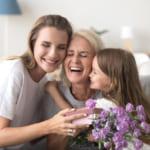 【誕プレ】お母さんが心から喜ぶ誕生日プレゼントって?【予算相場とメッセージ例も】