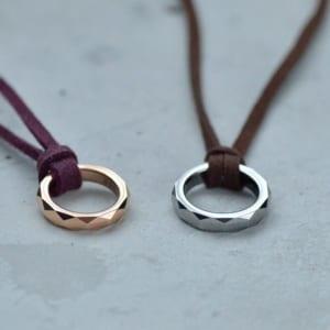 ペア ネックレス タングステン・リングとフェイクレザーのペアネックレス 革 皮 ネックレス ペンダント LAUSS(opp00046) by ペアアクセサリーLAUSS