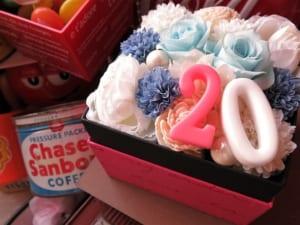 誕生日プレゼント 彼女 花束風 ご希望数字入りプレゼント 箱を開けてサプライズ ボックス 水色バラ プリザーブドフラワー入り by フラワーガーデン リーブス