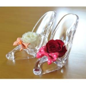 お手頃価格のジャストサイズ。お子様にも、職場のお友達にも気兼ねなく贈れます。☆プレジールミニ(ガラスの靴)☆【プレジールミニ(ガラスの靴)人気のガラスの靴にミニサイズ登場/カワイイ/シンデレラ/ディズニー/ネックレス/バラ/童話/クリスタル/プリザーブドフラワー】 by お花、プリザと雑貨のアウロラ