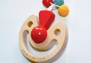 [日本製安心おもちゃ] びっくりピエロ [名入れ][赤ちゃん おもちゃ 歯がため はがため 日本製 木のおもちゃ おしゃぶり 出産祝い がらがら ラトル 男の子 女の子 3ヶ月 4ヶ月 5ヶ月 6ヶ月 7ヶ月 8ヶ月 9ヶ月 10ヶ月 1歳 2歳 歯固め 誕生日ギフト オーガニック ベビー ] by 木のおもちゃ製作所・銀河工房