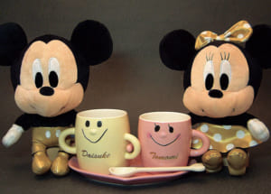 Disneyディズニーぬいぐるみ(ゴールドミッキー・ゴールドミニー)と名入れ なかよしペアマグカップ(ソーサ・スプーン付)のセット、送料無料(沖縄・離島などを除く)誕生日・クリスマスギフト、結婚記念、結婚祝いギフト、ブライダルドール、ブライダルギフト by オダジマ・アート