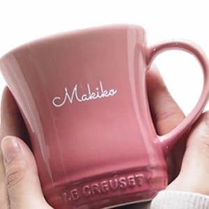 【名入れ】 《マグカップ》 ☆名入れル・クルーゼ マグカップ☆ 【名前入りマグカップ】【ル・クルーゼ】【名前入りコーヒーカップ】 【父の日】 【母の日】 誕生日・記念日・敬老の日 などのプレゼントにオススメ! 【ラッピング・メッセージカード無料】 by Belle Vie